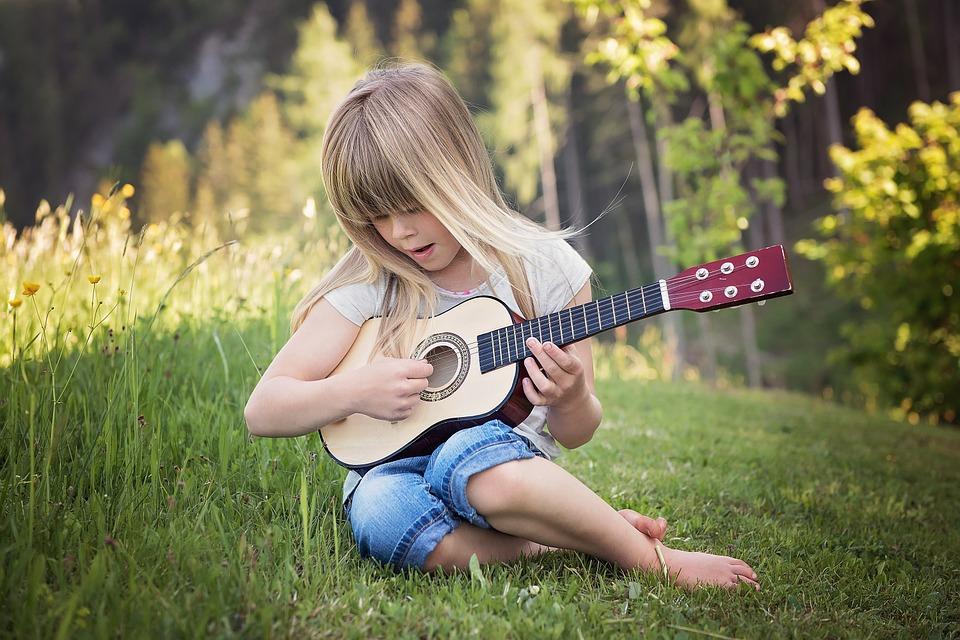 Como elegir una actividad extraescolar para tu hijo-niña con guitarra